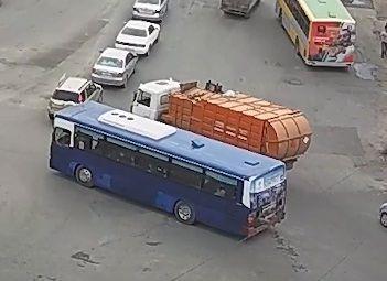 Мусоровоз протаранил легковушку во Владивостоке