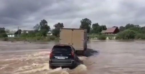 В Приморье грузовик взял на буксир внедорожник. Вместе они «проплыли» реку
