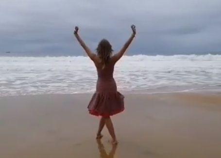 Красивейшее видео с танцем на пляже записала жительница Приморья