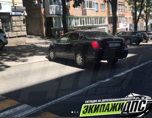 «Парковщик года»: во Владивостоке автомобиль перекрыл целую полосу движения