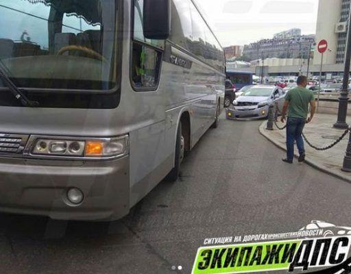 Междугородний автобус прижал «Приус» в центре Владивостока