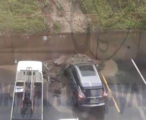 Дорогостоящее авто засыпало грунтом с косогора во Владивостоке