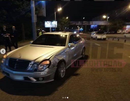 «Мерседес» врезался в джип, стоящий на «аварийках» вдоль дороги