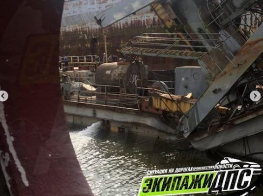 ЧП в Приморье: падение огромного крана на судоремонтном заводе записали на видео