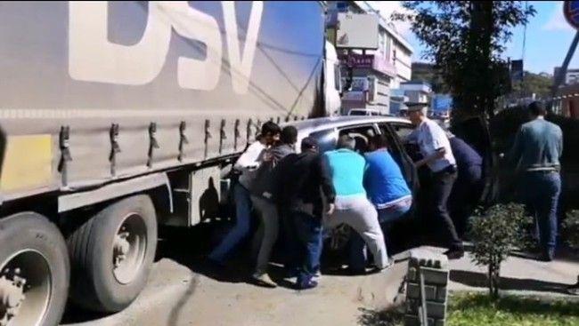 Толпа мужчин вытаскивала зажатую малолитражку из под огромной фуры во Владивостоке после ДТП
