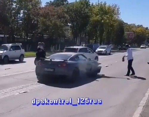 В результате ДТП в Приморье загорелся спортивный автомобиль и перевернулся седан