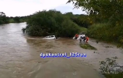 Жуткое видео: машина полностью ушла под воду в Приморье