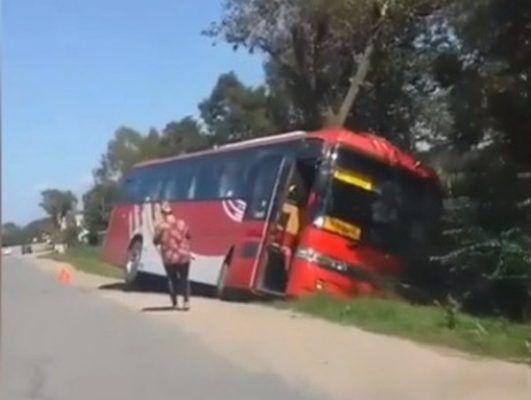 Автобус с пассажирами завалился в кювет в Приморье