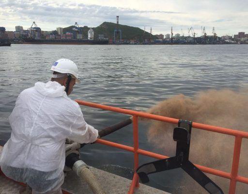 Во Владивостоке под мостом на Русский произошёл разлив нефтепродуктов