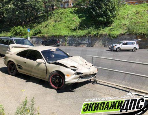 Автомобиль свалился «с неба» на другую машину во Владивостоке