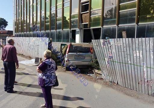 В Приморье легковушка протаранила забор и сбила пешехода