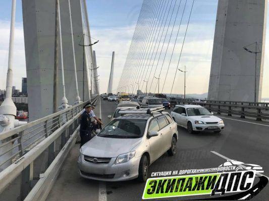 Взрыв колеса спровоцировал серьёзное ДТП на Золотом мосту Владивостока