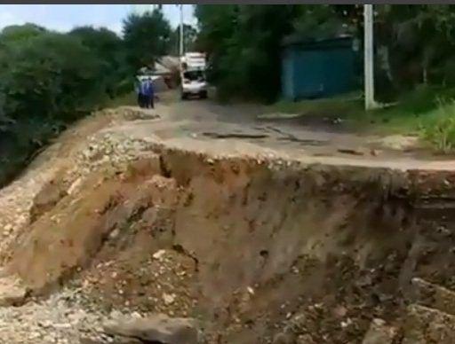 Обвал грунта превратил дорогу в огромную дыру в Уссурийске
