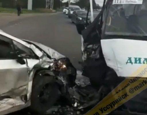 Жёсткое лобовое ДТП с участием «Приуса» и «ГАЗели» произошло в Приморье