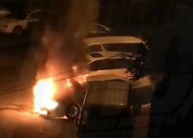 Во Владивостоке у дома, где взорвалась одна машина, сгорела другая