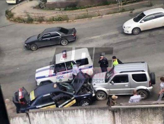 Неуправляемый автомобиль сбил женщину и врезался в такси во Владивостоке