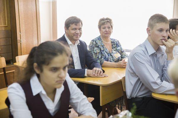 В школы Владивостока пошли почти семь тысяч первоклассников