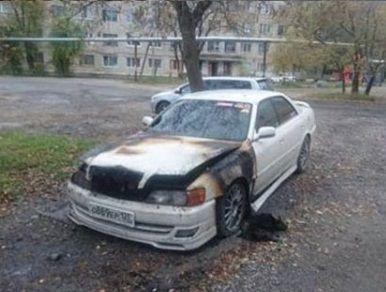 Сразу два автомобиля подожгли ночью во Владивостоке