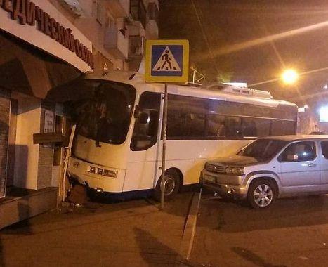 Автобус протаранил жилой дом в центре Владивостока