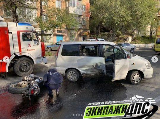 Мотоциклист погиб, «влетев» в микроавтобус во Владивостоке