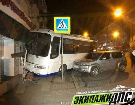 Автобус с отказавшими тормозами врезался в жилой дом во Владивостоке