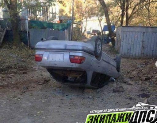 ДТП с кульбитом во Владивостоке: иномарка перевернулась на крышу