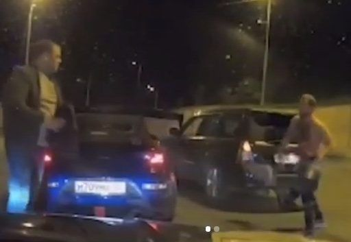 Крепкие мужчины устроили массовую драку на улице во Владивостоке
