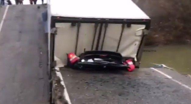 Обрушение моста в Приморье: легковушку расплющило, погиб человек
