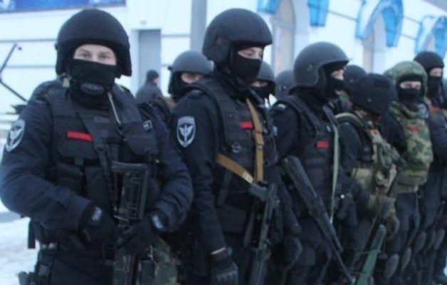 Во Владивостоке десятки бойцов ОМОНа оцепили жилой дом