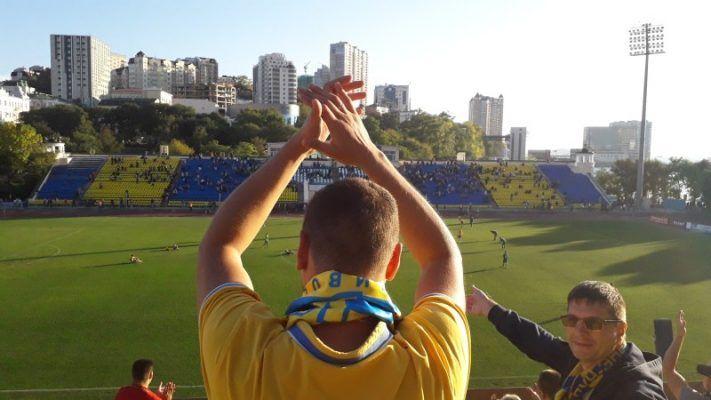 Во Владивостоке на футбольном матче чуть не погибла птица