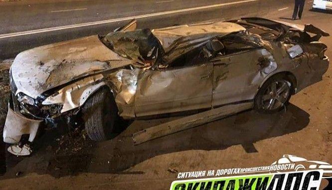 Во Владивостоке машина на огромной скорости врезалась в бетонный блок и несколько раз перевернулась