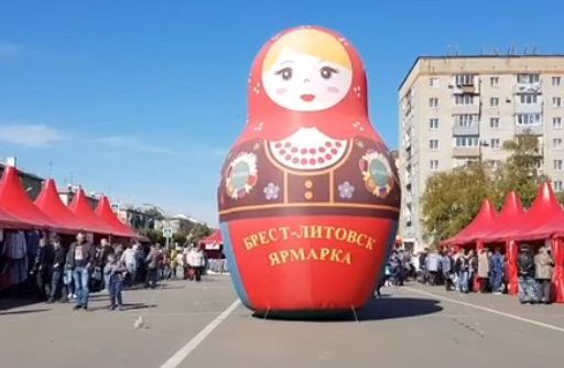 Огромная матрёшка на белорусской ярмарке поразила приморцев