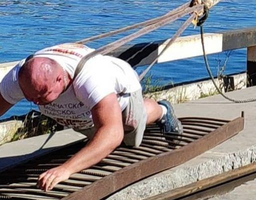 Приморец Иван Савкин протащил на себе теплоход-контейнеровоз