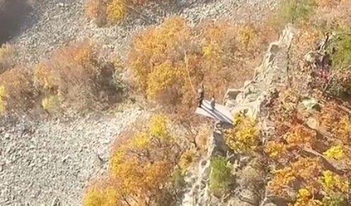 Захватывающее зрелище: дрон записал прыжок со скалы в Приморье