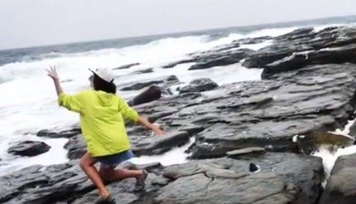 Девушка исполнила зажигательный танец в шторм на мысе Тобизина