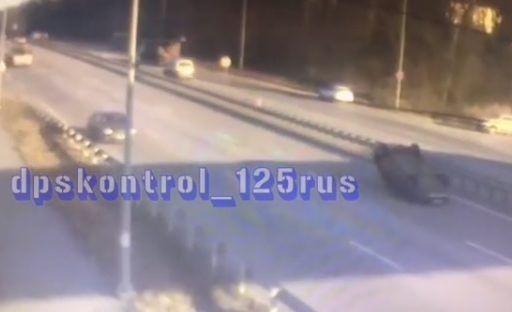 ДТП с кульбитом: легковушка «взлетела» и перевернулась на крышу во Владивостоке