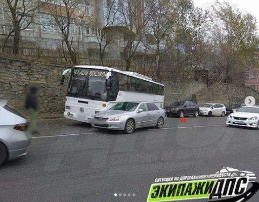 Огромный автобус протаранил две иномарки и врезался в подпорную стену во Владивостоке