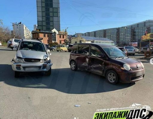ДТП во Владивостоке: нномарка серьёзно помяла борт минивэна