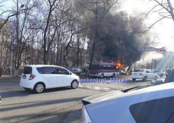 Во Владивостоке полыхал автобус