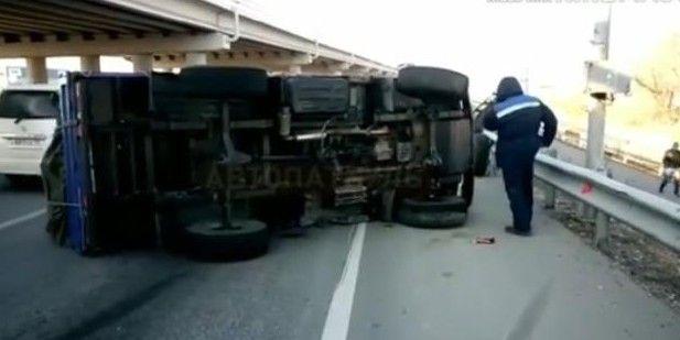 В Приморье на перекрёстке грузовик завалился на бок