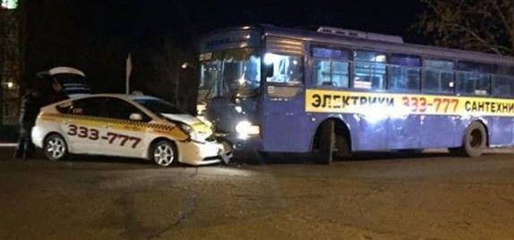 Рейсовый автобус протаранил такси в Приморье