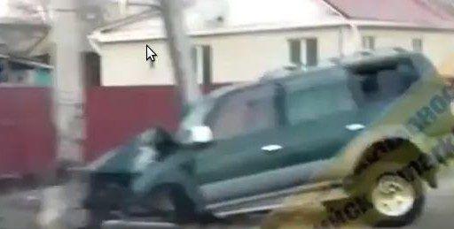 В Приморье джип, уходя от столкновения, протаранил столб