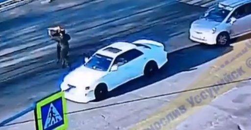В Приморье водитель врезался в другую машину и попытался сжечь её