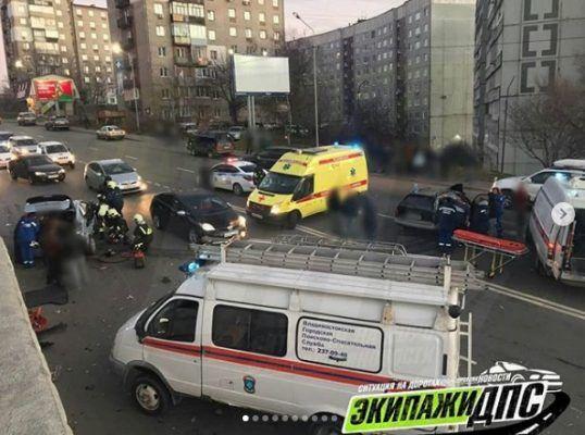 Жуткое ДТП во Владивостоке: спасатели извлекали людей из машин