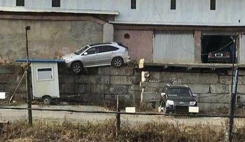 Во Владивостоке автомобиль чудом не свалился с большой высоты