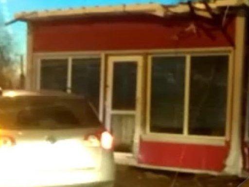 В Приморье на дороге обнаружили упавший с грузовика ларёк