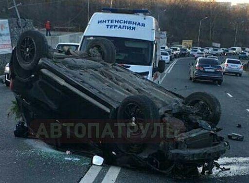 Во Владивостоке пострадавших пришлось доставать из перевернувшейся машины
