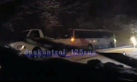 С обледенелой дороги в Приморье «вылетели» фуры и автобус