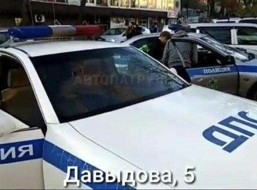 Во Владивостоке парень, вооружённый ножом, угнал машину и устроил массовое ДТП