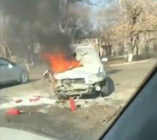 В Приморье возле дороги полыхал автомобиль